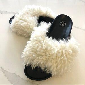 UO faux fur slide - 7.5